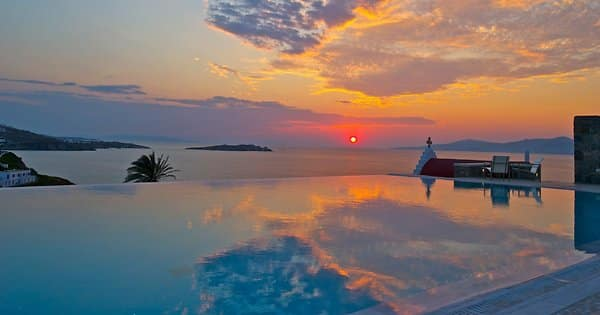 Romantik pur: Der Pool des Hotels Bill & Coo Suites and Lounge bei Sonnenuntergang.