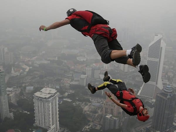Ohne Höhenangst: Base Jumper in Kuala Lumpur. Fazry Ismail Foto: Fazry Ismail