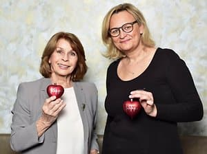Hearts signed by the actress will be auctioned and proceeds will go towards the project that Kathy Kempen (r.) Looks after in Eritrea.