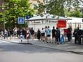 Waiting for the vaccination: A line formed on the market square in Mülheim on Thursday morning.